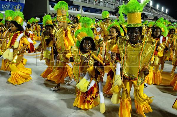 Kids from a samba school perform at the Sambadrome during the samba school parade,  Rio de Janeiro, Brazil, February 8, 2013. (Austral Foto/Renzo Gostoli)