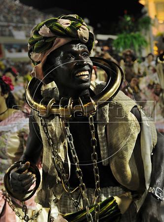 A samba dancer dressed as a slave performs at the Sambadrome during the Sao Clemente samba school parade,  Rio de Janeiro, Brazil, February 11, 2013. (Austral Foto/Renzo Gostoli)