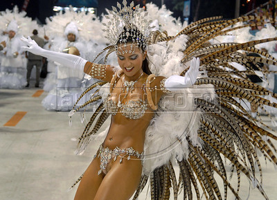 A dancer of the Uniao da Ilha samba school performs at Sambadrome during the first day of carnival parade, Rio de Janeiro, Brazil , Feb. 02, 2008.  (Austral Foto/Renzo Gostoli)
