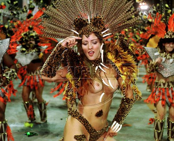 Samba dancer Nana Gouvea of Mangueira perfoms during the Rio 2005 Carnival parade at the Sambodrome, Rio de Janeiro, Brazil, March. 05, 2000. (Austral Foto/Renzo Gostoli)