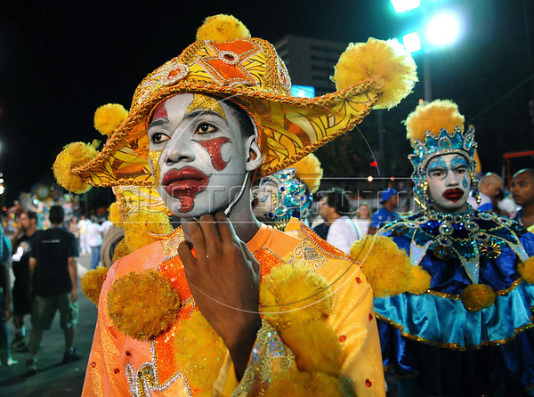 A dancer from Tuiuti samba school waits to perform at the Sambadrome during the samba school parade in Rio de Janeiro, Brazil, February 13, 2010. (Austral Foto/Renzo Gostoli)