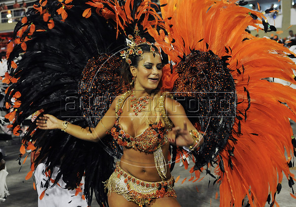 Dancer Luciene Caetano of Inocentes de Belford Roxo samba school performs at Sambadrome, Rio de Janeiro, Brazil, February 10, 2013. The Inocentes do Belford Roxo Samba school parade pays tribute to South Korea during Rio de Janeiro's 2013 carnival celebrations. (Austral Foto/Renzo Gostoli)