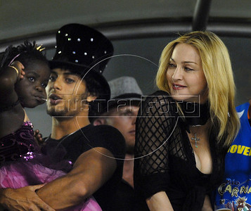 U.S. singer Madonna, boyfriend Jesus Luz and her daughter Mercy watch the Carnival parade of samba schools at the Sambadrome, Rio de Janeiro, Brazil, February 14, 2010.   (Austral Foto/Renzo Gostoli)