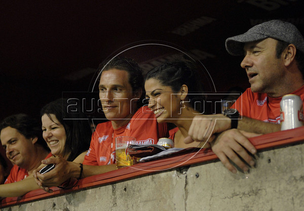 US actor Kevin Spacey, right, looks at the carnival parade at the Sambodrome looks to Carnival parade at Sambadrome on the first night of the Carnival samba school parade, Rio de Janeiro, Brazil , February 22, 2009.  At left is US actor Matthew Mc Conaughey and his girlfriend Camila Alves. (Austral Foto/Renzo Gostoli)