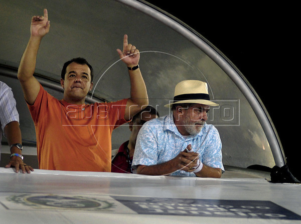 Brazil's President Luiz Inacio Lula da Silva, right, and Rio de Janeiro's Governor Sergio Cabral, left, attend the Carnival samba school parade at the Sambadrome, Rio de Janeiro, Brazil, February 22, 2009.  (Austral Foto/Renzo Gostoli)