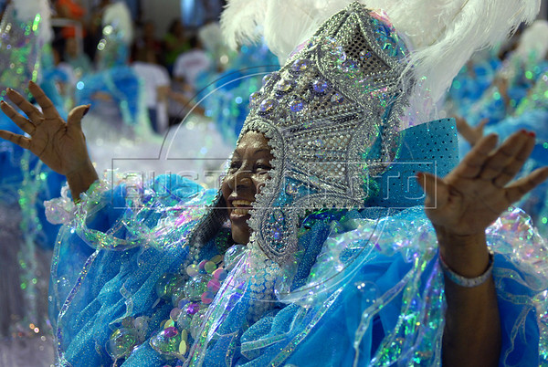 A dancer of the Uniao da Ilha samba school performs at Sambadrome during the first night of carnival parade, Rio de Janeiro, Brazil , Feb. 02, 2008.  (Austral Foto/Renzo Gostoli)