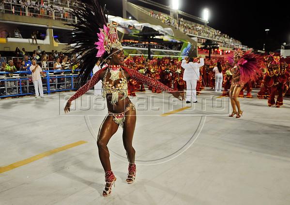 A samba dancer performs at the Sambadrome during the samba school parade,  Rio de Janeiro, Brazil, February 8, 2013. (Austral Foto/Renzo Gostoli)
