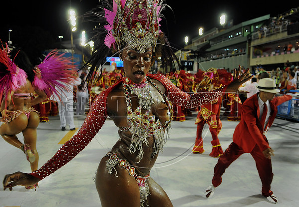 A samba dancer performs at the Sambadrome during the samba school parade,  Rio de Janeiro, Brazil, February 8, 2013. (Austral Foto/Renzo Gostoli)