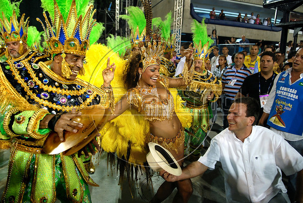 Eduardo Paes, right, Rio de Janeiro's Mayor, participates with Imperio Serrano drums queen Quiteria Chagas, center, at the samba school parade in the Sambadrome, Rio de Janeiro, Brazil , February 13, 2010.  (Austral Foto/Renzo Gostoli)