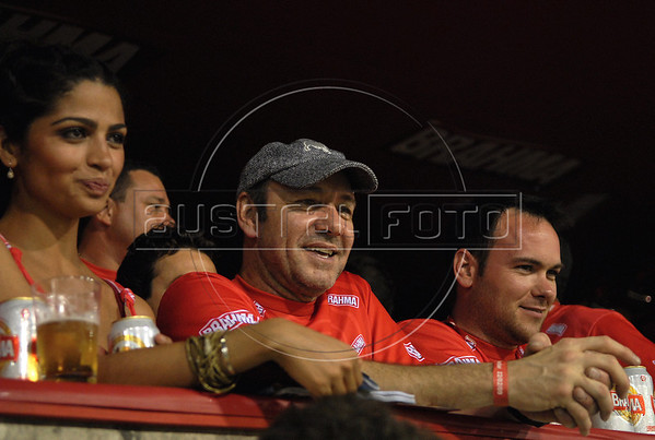US actor Kevin Spacey, center, looks to Carnival parade at Sambadrome on the first night of the Carnival samba school parade, Rio de Janeiro, Brazil , February 22, 2009. (Austral Foto/Renzo Gostoli)