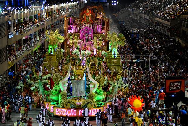 The Mangueira samba school performs at Sambadrome during samba school parade in Rio de Janeiro, Brazil, Feb.19, 2007.  (Austral Foto/Renzo Gostoli)