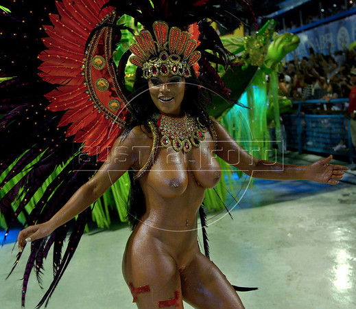 Dancer Viviane Castro of the Sao Clemente samba school performs at Sambadrome, Rio de Janeiro, Brazil , Feb. 03, 2008.   (Austral Foto/Renzo Gostoli)