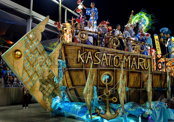 """Dancers of the Porto da Pedra samba school perform at Sambadrome, Rio de Janeiro, Brazil , Feb. 03, 2008.  The Porto da Pedra samba school celebrates the 100th. anniversary of the first japanese inmigration to Brazil. The """"Kasato Maru"""" was the first boat arriving to Brazil with japanese inmigrants 100 years ago. (Austral Foto/Renzo Gostoli)"""