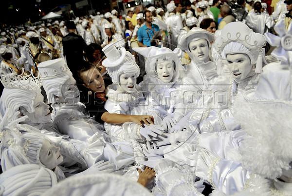 Members of Sao Clemente samba school prepare to parade at Sambadrome, Rio de Janeiro, Brazil , February 20, 2012. (Austral Foto/Renzo Gostoli)