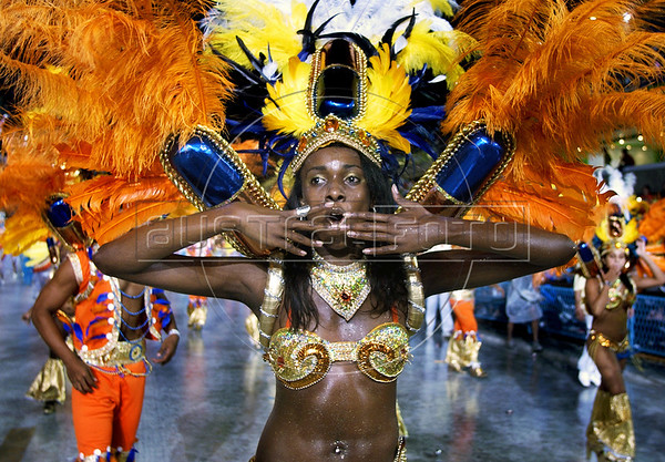 "A samba dancer of Sao Clemente samba school performs during the Rio 2005 Carnival parade at ""Sambadrome"",  Rio de Janeiro, Brazil, Feb. 05, 2005. (Austral Foto/Renzo Gostoli)"