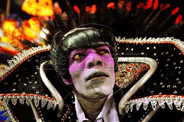 A samba dancer, dressed as Dracula, waits to perform at the Sambadrome during the Sao Clemente samba school parade,  Rio de Janeiro, Brazil, February 11, 2013. (Austral Foto/Renzo Gostoli)