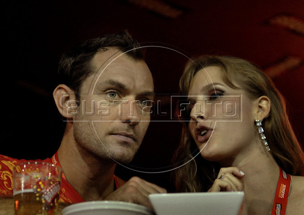 British actor Jude Law talks to a friend while assist the annual Carnival parade in the Sambadrome, Rio de Janeiro, Brazil. March 6, 2011. (Austral Foto/Renzo Gostoli)