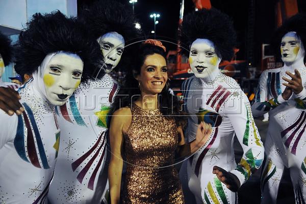 Brazilian actress Claudia Ohana poses with members of Inocentes samba school before perform at the Sambadrome during the samba school parade, Rio de Janeiro, Brazil, February 10, 2013. (Austral Foto/Renzo Gostoli)
