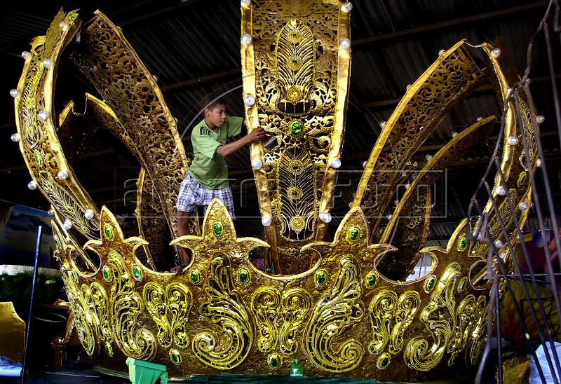 Vander Luis da Silva, 14 , paints a big crown for a float at Imperio Serrano samba school in Rio de Janeiro, Brazil, February 17, 2004. The carnival parade begins February 21. (Austral Foto/Renzo Gostoli)