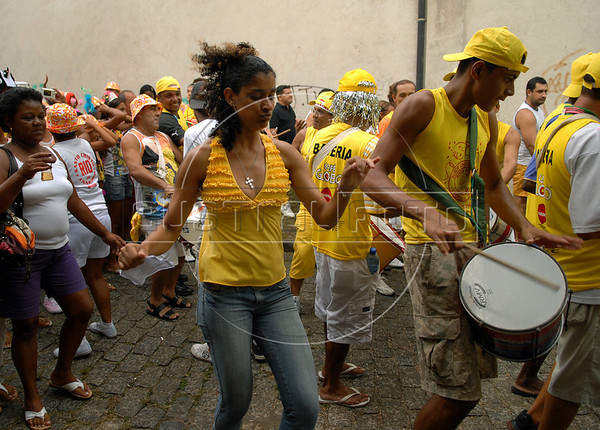 Revelers participate in an afternoon street parade during a pre-carnival event in downtown neighborhood, Rio de Janeiro, Brazil, February 14, 2009. (Austral Foto/Renzo Gostoli)