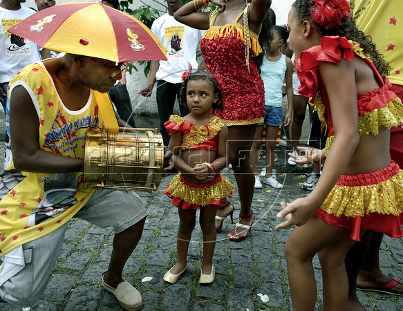 Childs and musician participate at carnival festivities in a downtown's street of Rio de Janeiro, Brazil, February 11, 2012. (Austral Foto/Renzo Gostoli)