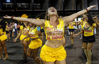 A samba dancer performs during a samba school's rehearsal at the Sambadrome, Rio de Janeiro, February 4, 2012. All week end of January and February the Rio's samba schools train in the Sambadrome for the carnival parade. The 2012 carnival start officially February 18. (Austral Foto/Renzo Gostoli)