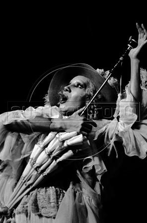 """Rosenda Montero como Jenny en """"La Opera de 3 centavos"""" de Bertolt Brecht, teatro Fru-Fru, Mexico DF, Mexico, Noviembre 1977. (Austral Foto/Renzo Gostoli)"""