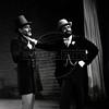 """""""Tiger"""" Brown, izq, y Mackie Messer (Gonzalo Vega), personajes en """"La Opera de 3 centavos"""" de Bertolt Brecht, teatro Fru-Fru, Mexico DF, Mexico, Noviembre 1977. (Austral Foto/Renzo Gostoli)"""