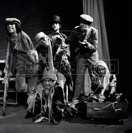 """Actores represantando grupo de mendigos en """"La Opera de 3 centavos"""" de Bertolt Brecht, teatro Fru-Fru, Mexico DF, Mexico, Noviembre 1977. (Austral Foto/Renzo Gostoli)"""