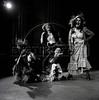 """Actrices represantando grupo de prostitutass en """"La Opera de 3 centavos"""" de Bertolt Brecht, teatro Fru-Fru, Mexico DF, Mexico, Noviembre 1977. (Austral Foto/Renzo Gostoli)"""
