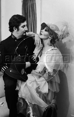 """Gerardo Moscoso, izq, y Rosenda Monteros en """"La Opera de 3 centavos"""" de Bertolt Brecht, teatro Fru-Fru, Mexico DF, Mexico, Noviembre 1977. (Austral Foto/Renzo Gostoli)"""