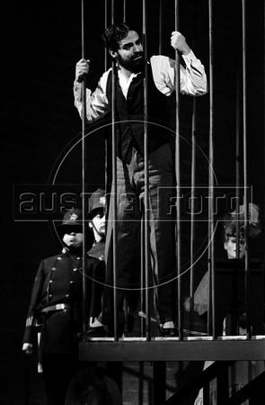 """Gonzalo Vega como Mackie Navaja en """"La Opera de 3 centavos"""" de Bertolt Brecht, teatro Fru-Fru, Mexico DF, Mexico, Noviembre 1977. (Austral Foto/Renzo Gostoli)"""