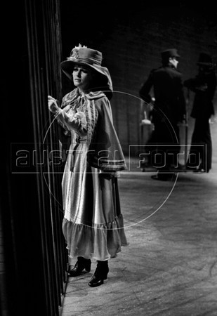 """Blanca Sanchez como Polly en """"La Opera de 3 centavos"""" de Bertolt Brecht, teatro Fru-Fru, Mexico DF, Mexico, Noviembre 1977. (Austral Foto/Renzo Gostoli)"""