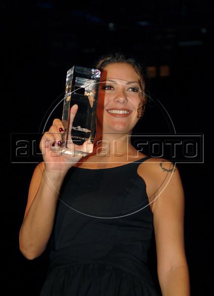 """Festa de entrega dos Premios Cinema da ACIE 2009, Rio de Janeiro, Brazil, Maio 18, 2009. Fabiula Nascimento com o trofeu da ACIE por """"Estomago"""". (Austral Foto/Renzo Gostoli)"""