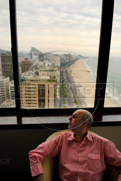 """Brasilian-Argentinian director Hector Babenco looks at Leblon beach before the  photocall to present the film"""" O Passado"""" (The Past), which chronicles a married couple's difficult breakup in Rio de Janeiro, Brazil, Oct. 22, 2007.  (Austral Foto/Renzo Gostoli)"""