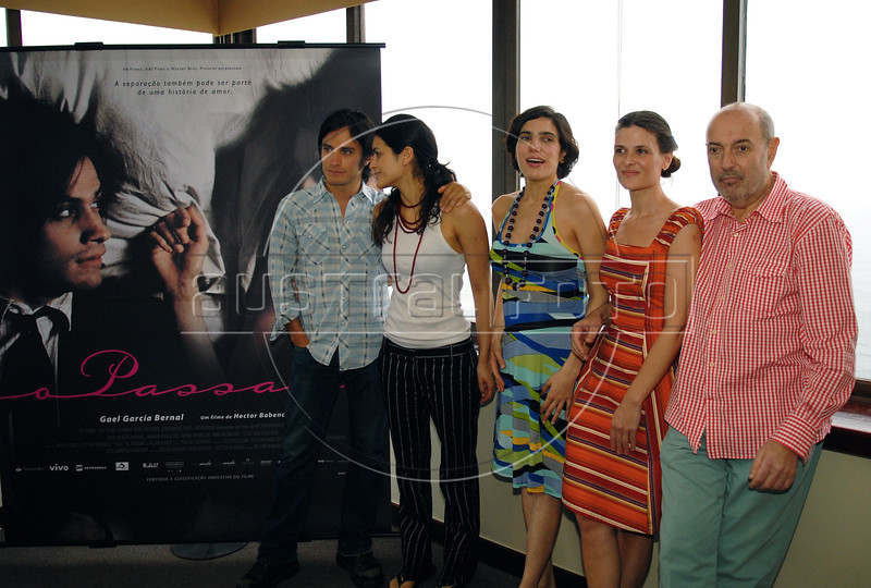 "Brasilian-Argentinian director Hector Babenco, right, poses with Mexican actor Gael Garcia Bernal, left, and Argentinian <br /> actresses Nora Anghileri, second from left, Analia Couceyro, center, and Ana Celentano, second from right, during the  photocall to present their film"" O Passado"" (The Past), which chronicles a married couple's difficult breakup in Rio de Janeiro, Brazil, Oct. 22, 2007.  (Austral Foto/Renzo Gostoli)"