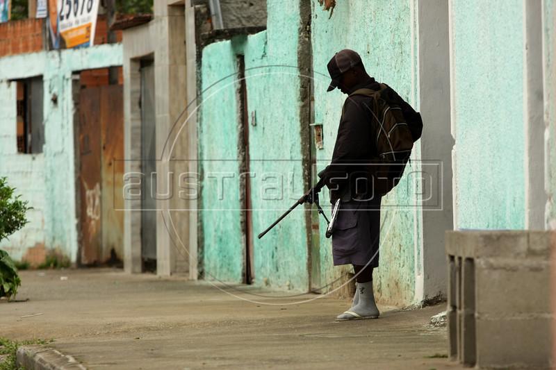 "Dancing with the Devil production stills. Drug traffic ""soldier"" in Vila Aliana, Pastor Dione's district. (Australfoto/Douglas Engle)"