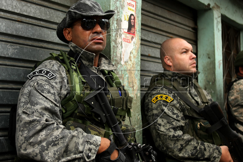 Dancing with the Devil in the City of God production stills. Torres, left and Carlinhos during police raid in Complexo do Alemao (German Complex). (Australfoto/Douglas Engle)