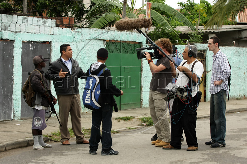 """Dancing with the Devil production stills. Shooting of Pastor Dione talking with a drug traffic """"soldier"""" in Vila Aliana, Pastor Dione's district. (Australfoto/Douglas Engle)"""
