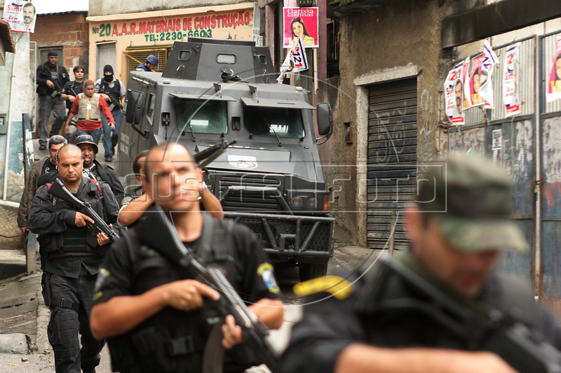 Dancing with the Devil production stills. Police raid in Complexo do Alemao (German Complex). (Australfoto/Douglas Engle)