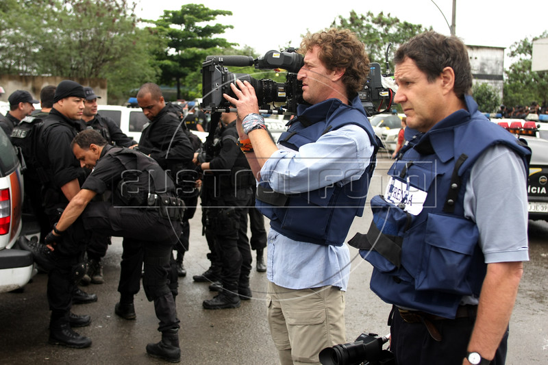 Dancing with the Devil in the City of God production stills. DOP Lance Gewer, left, and Jon Blair film police preparing for raid. (Australfoto/Douglas Engle)