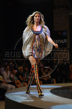 Brazilian top model Gisele Bundchen wears a design of Colcci's 2008 Autumn Winter collection during the Fashion Rio Show, Rio de Janeiro, Brazil, Jan. 8, 2008. (AUSTRAL FOTO/RENZO GOSTOLI)