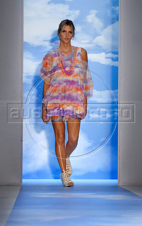 Model and actress Fernanda Lima shows a design of Cantao's 2010-2011 spring/summer collection during the Fashion Rio Show, Rio de Janeiro, Brazil, May 29, 2010.  (Austral Foto/Renzo Gostoli)