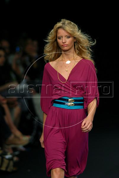 A model shows a design of Juliana Jabour's 2007 spring/summer collection during the Fashion Rio Show, Rio de Janeiro, Brazil, June 5, 2007. (AUSTRAL FOTO/RENZO GOSTOLI)