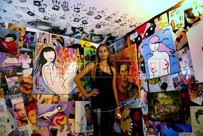 "'Minas do Graffiti' exhibition opening and inauguration of Artefeito Virtual Gallery, Rio de Janeiro, Brazil, September 2, 2009. Some female street artists participated at ""Minas do graffiti"" exhibition providing their art works for the Artefeito Virtual Gallery. (Austral Foto/Renzo Gostoli)"