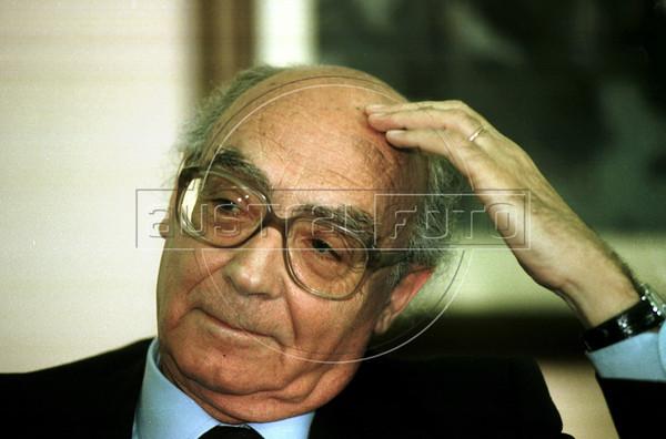 Portuguese writer (1998 Nobel Prize for literature) Jose Saramago talks with journalists in Universidade Federal Fluminense, Niteroi, about 15 miles from Rio de Janeiro, Brazil, August 13, 1999. (Austral Foto/Renzo Gostoli)