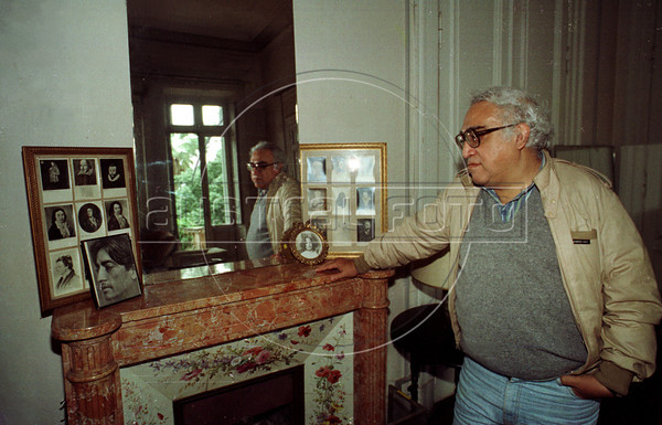 Mexican writer Carlos Monsivais visits Villa Ocampo, the house of the argentinian writer Victoria Ocampo in San Isidro, Buenos Aires, Argentina, April 1990. (Austral Foto/Renzo Gostoli)
