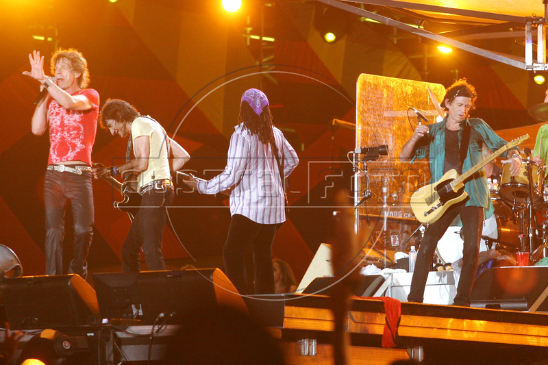 Rolling Stones members Mick Jagger, Ron Wood, Darryl Jones and Keith Richards salute the crowd after performing  in Rio de Janeiro, Feb. 18, 2006.(AustralFoto/Douglas Engle)