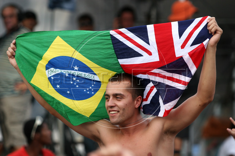 A Rolling Stones fan hols a Brazilian-British flag before their show in Rio de Janeiro, Feb. 18, 2006.(AustralFoto/Douglas Engle)