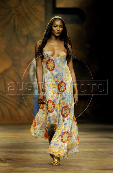 British model Naomi Campbell wears a creation from TNG 2006 spring/summer collection during Fashion Rio show in Rio de Janeiro, Brazil, June 15, 2005. (AUSTRAL FOTO/RENZO GOSTOLI)